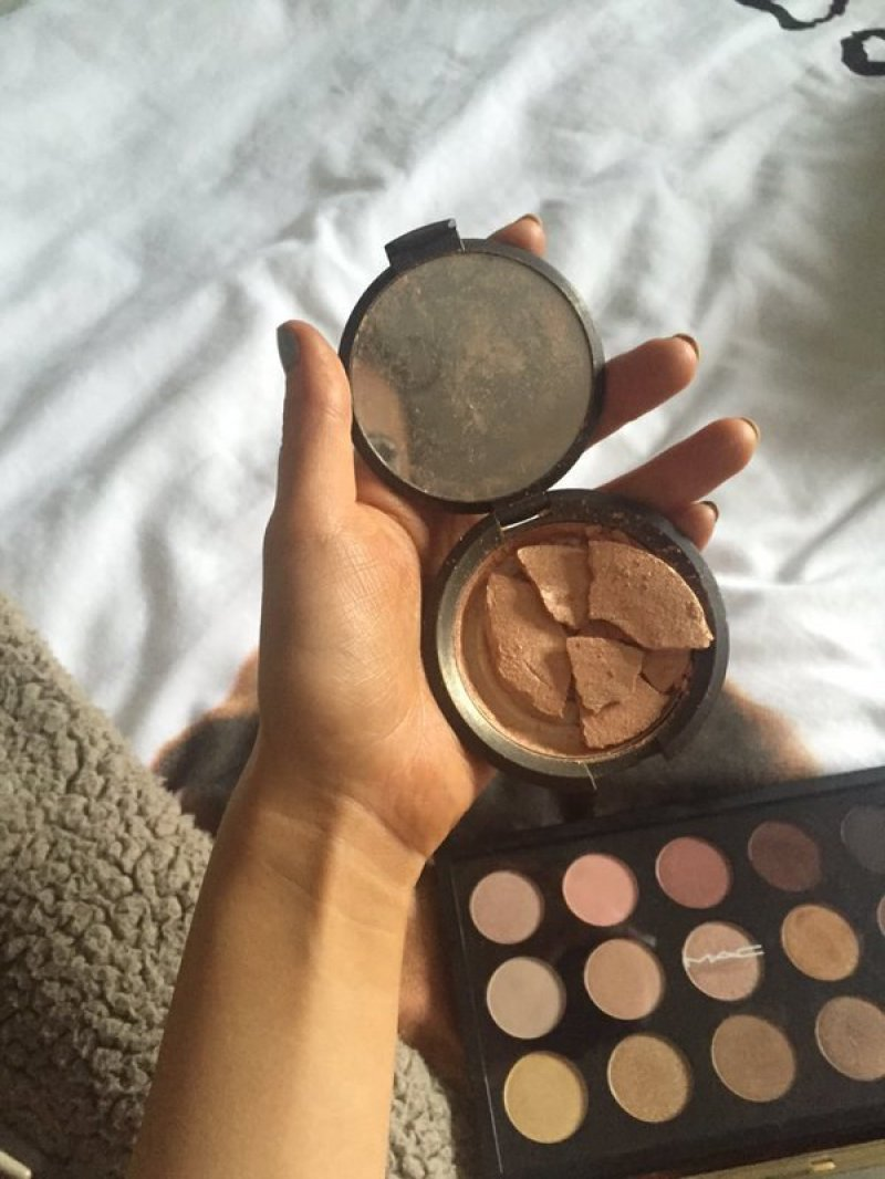 Broken Compact Powder-15 Images That Most Men Will Never Understand