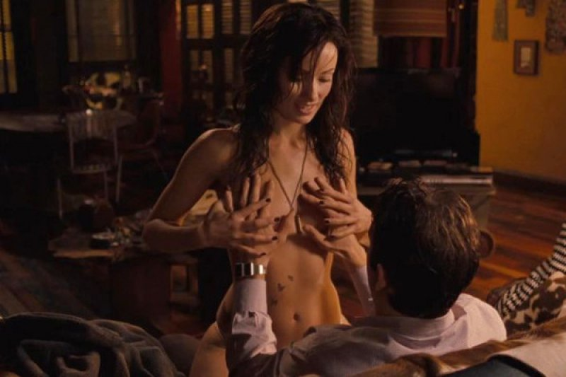 Ryan Reynolds-15 Awkward Sex Scene Stories As Told By Actors