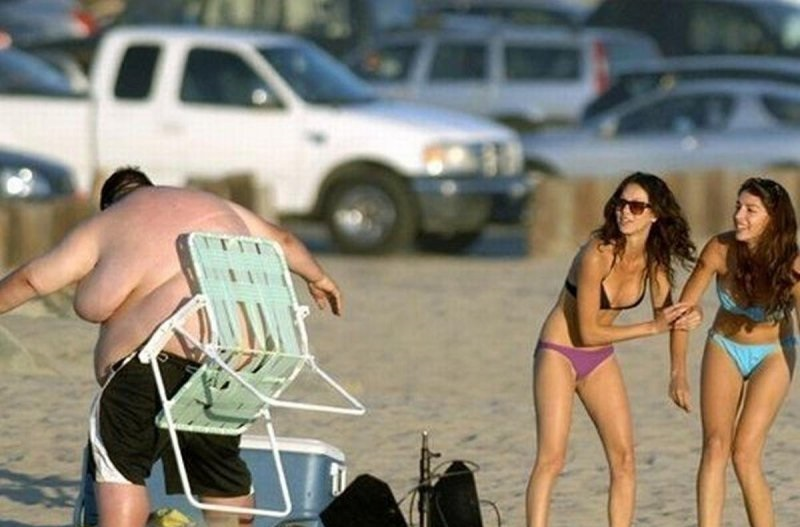 Stuck To Him Like Glue-18 Hilarious Beach Fails That Will Make You Laugh Out Loud