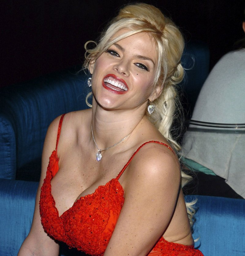 Anna Nicole Smith-24 Celebrities Who Had Breast Implants