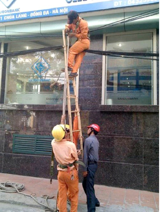 Hold The Ladder Higher-Photos Of Men Being Literally Too Stupid