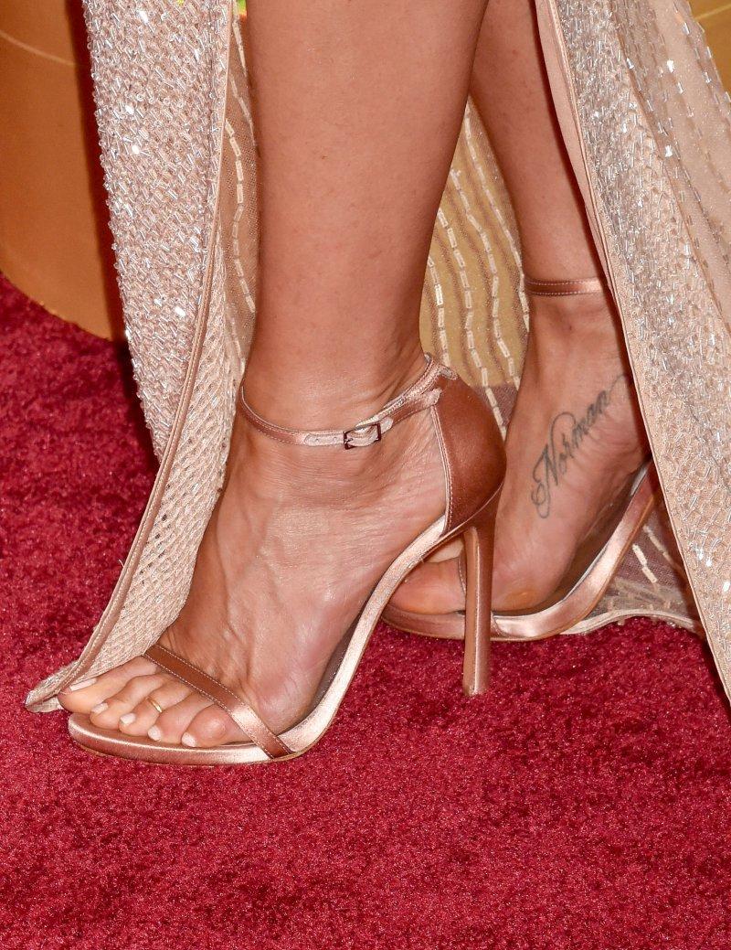 Jennifer aniston feet and legs 23 sexiest celebrity legs and feet - Jennifer aniston barefoot ...