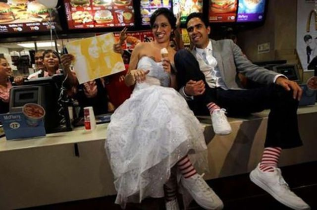 Get A Big Mac-Pics Of People Getting Married In McDonalds