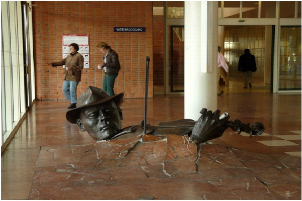 Violinist - Amsterdam, Netherlands-World's Most Bizarre Statues