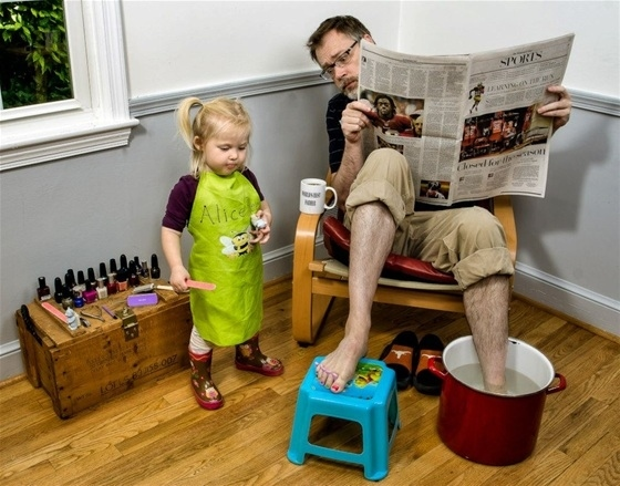 Dad helps his Daughter Become Salon Girl-15 Awesome Dads Who Are Nailing The Father Thing