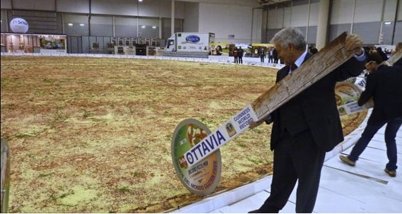 The biggest pizza-Biggest Foods In The World
