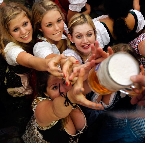 "All desperate for it-Best ""Girls With Beer"" Photos"
