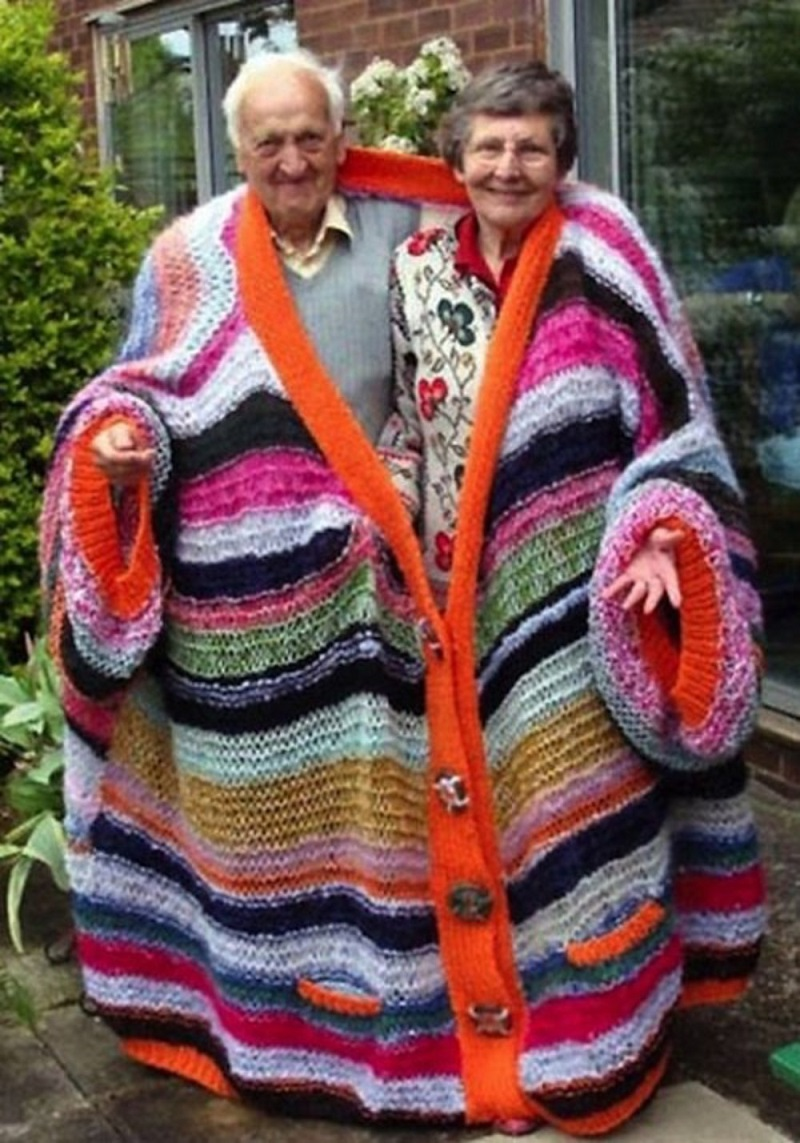 That's One Good Way to Stay Close and Stay Warm-15 Amazing Old Couples That Show Love Never Gets Old
