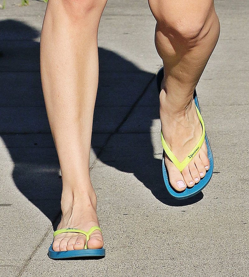 Kaley Cuoco's Feet And Legs-23 Sexiest Celebrity Legs And Feet