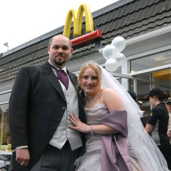 Say Cheeeesseeee Burger-Pics Of People Getting Married In McDonalds
