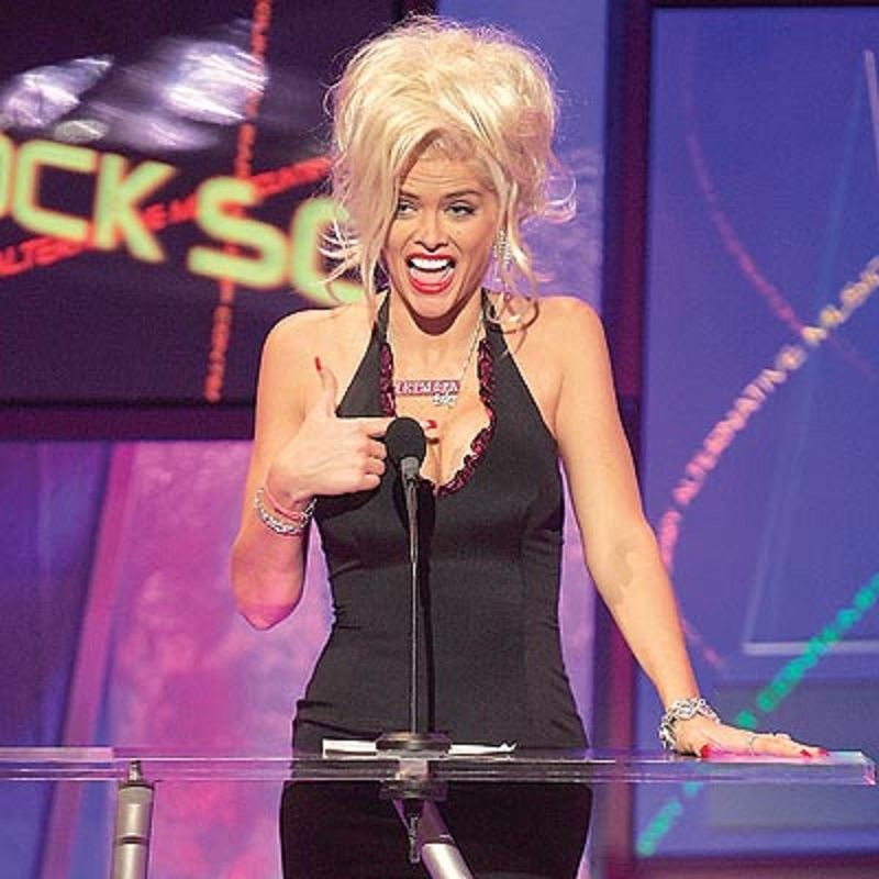 Drunken Anna Nicole Smith Gave a Speech at 2004 American Music Awards -15 Trashy Things Celebs Have Done Drunk