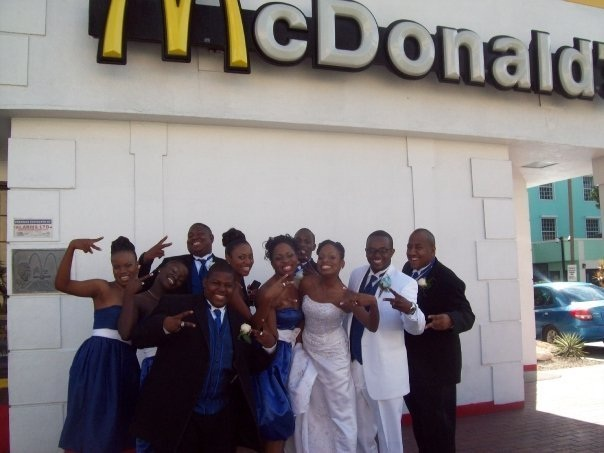 The happy burger fans-Pics Of People Getting Married In McDonalds
