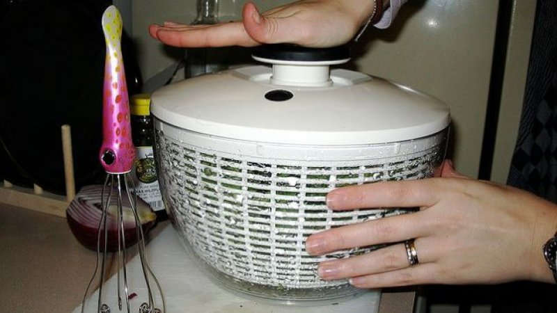 Use a Salad Spinner Instead of a Dryer to Dry a Bra -12 Bra Hacks You Probably Don't Know