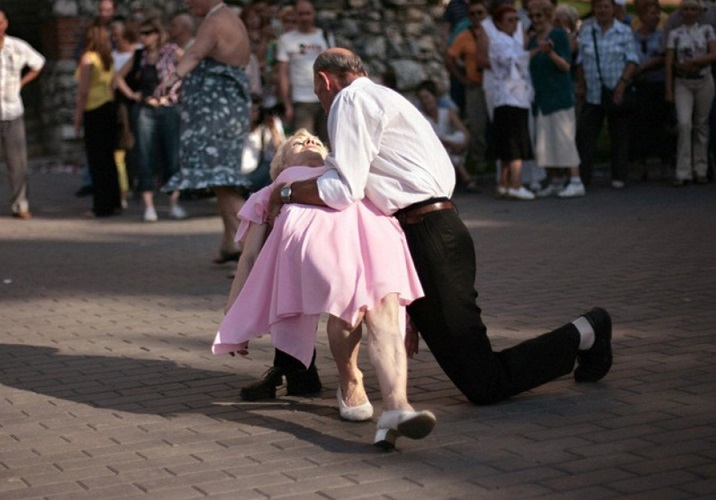 Grandpa Got Some Moves-15 Amazing Old Couples That Show Love Never Gets Old
