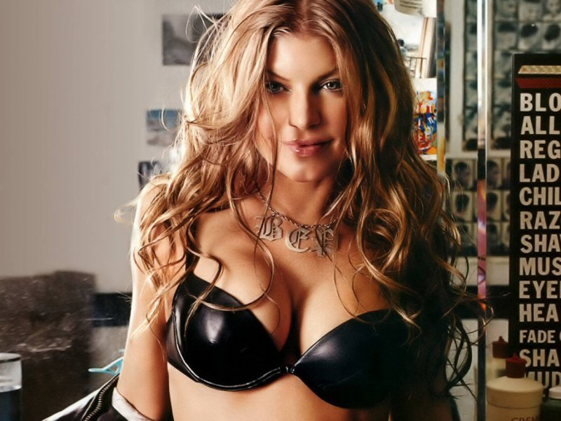 Fergie-24 Celebrities Who Had Breast Implants