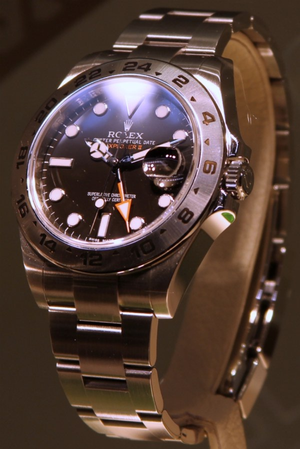 Magnifying-How To Spot A Fake Rolex