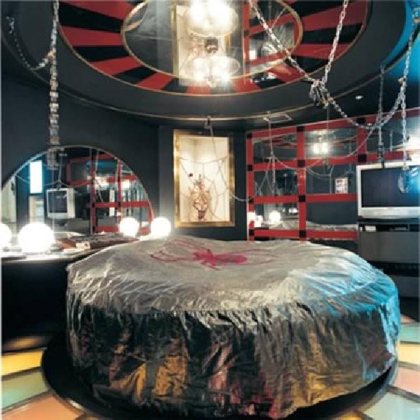 Black widow-Craziest Love Hotels