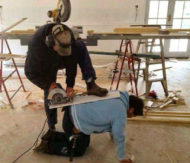I Will Cut his Ass with This Thing-15 Workers Who Are Doing It Totally Wrong