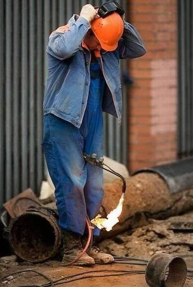 Let Me Burn My Clothes While I Put My Safety Glasses on-15 Workers Who Are Doing It Totally Wrong