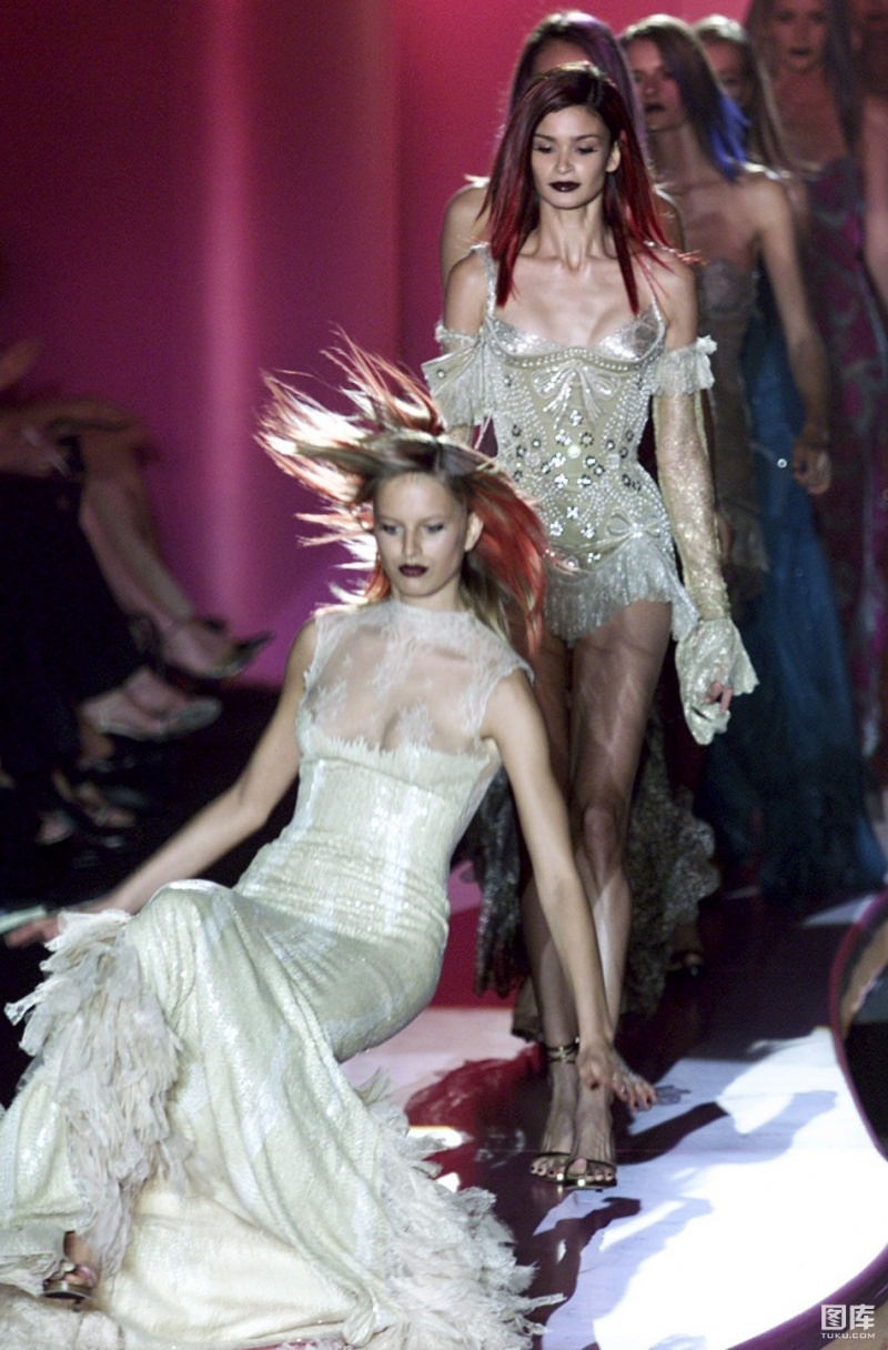 Aliens-12 Funniest Catwalk Fails