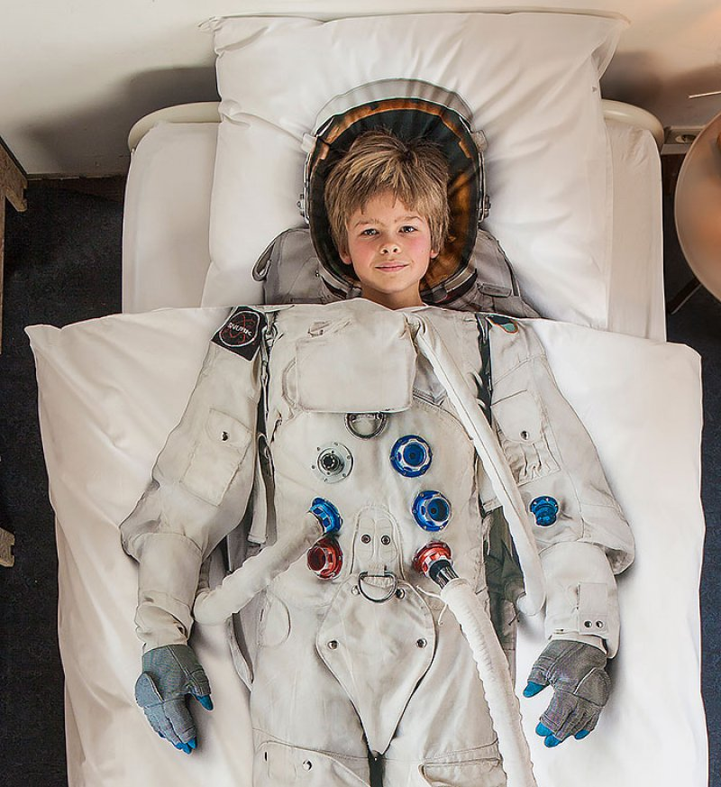 Astronaut Bed Sheet -15 Most Insane Bed Sheets That Will Make You Say WTF!