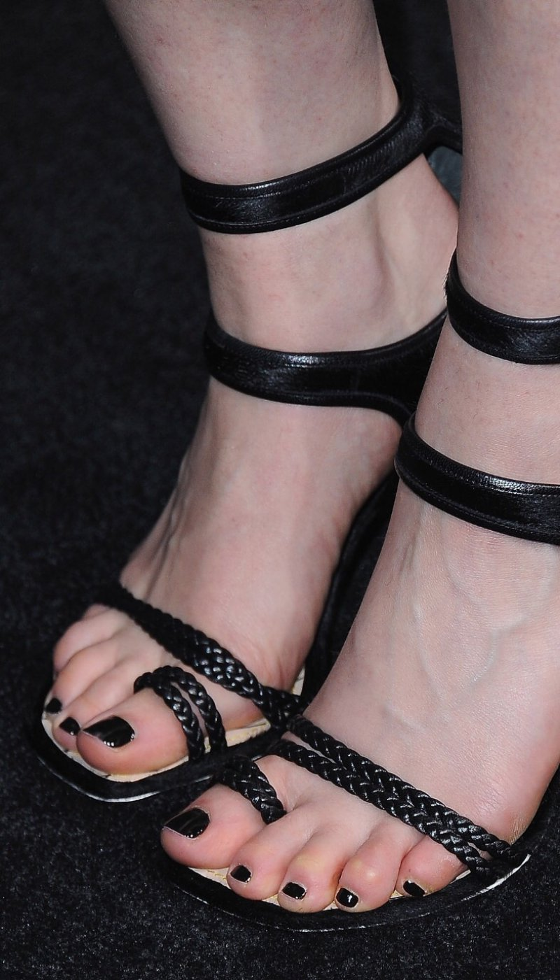 Emilia Clarke Feet And Legs-23 Sexiest Celebrity Legs And Feet