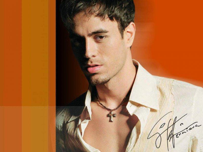 Enrique Iglesias-12 Celebrities Who Have Foot Fetish