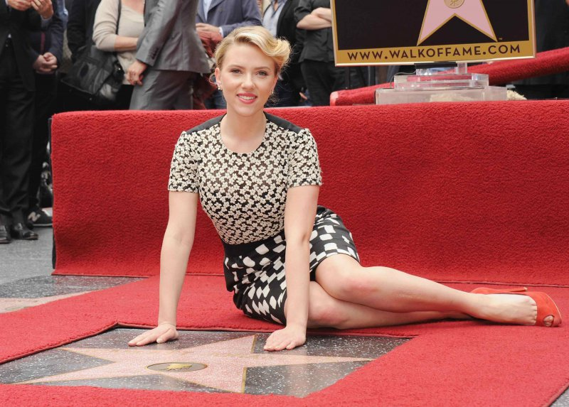 scarlett johansson feet and legs