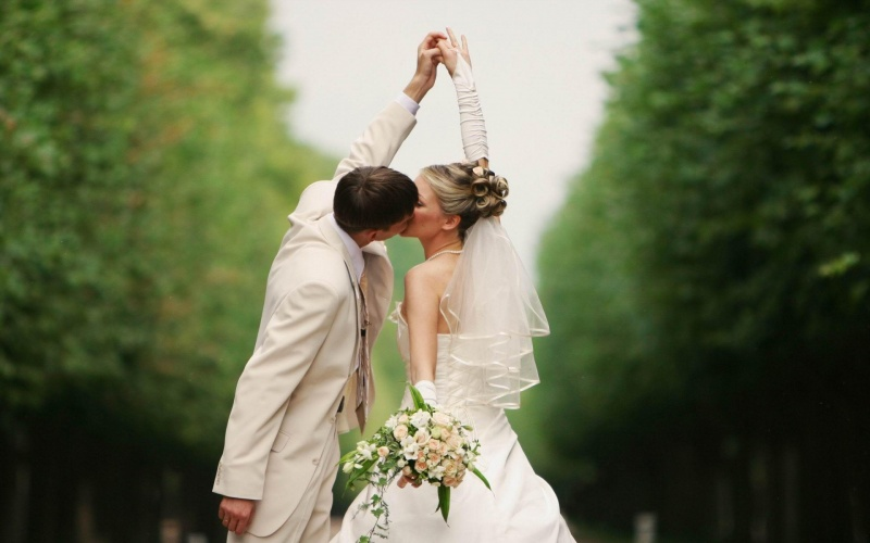 Wedding Kiss-15 Mind Blowing Facts About Kissing