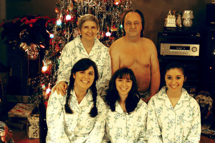 Daddy Doesn't Like Clothes-15 Most Awkward Family Photos Ever