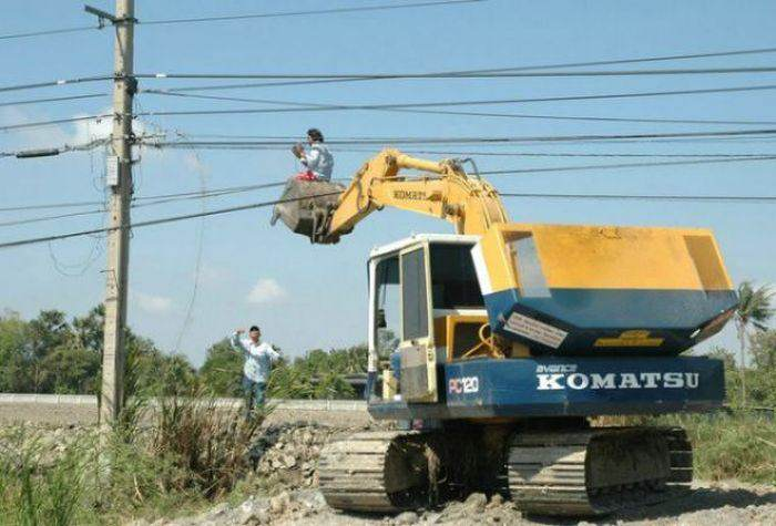 Another Dude Who Hardly Know about Electrical Conductivity-15 Workers Who Are Doing It Totally Wrong