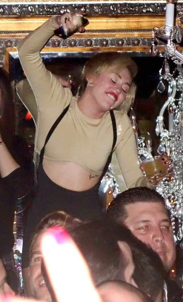 Miley Cyrus-15 Celebrities Who Were Caught Drunk