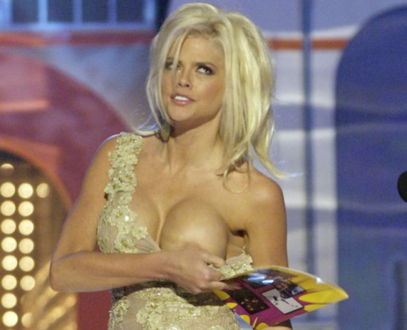 Anna Nicole Smith Hides Nip Slip-Top 15 Worst Celebrity Wardrobe Malfunctions