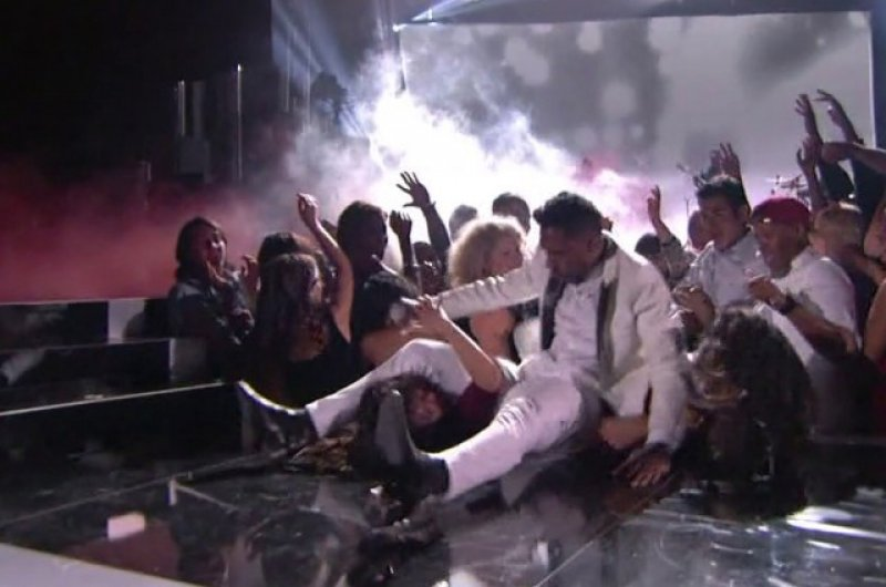 Miguel dropkick-15 Hilarious Concert Fails And Bloopers That Will Make You Lol