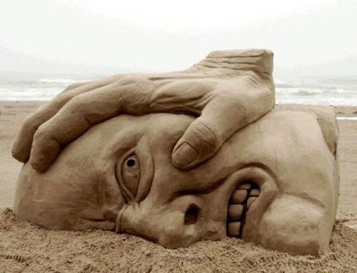 Face crushed in sand-15 Most Bizarre Sand Art Sculptures Ever Created
