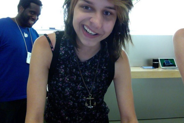 This Guy Who Photobombed a Selfie-15 Hilarious Things Ever Happened In Apple Stores